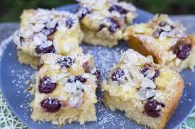 kirschkuchen mit pudding und mandelblätter