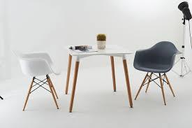 inspirée de la fameuse chaise daw de charles eames ce modèle