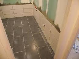 pose carrelage sol fini et début pose faïence d une salle de bains
