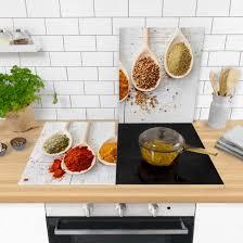 herdabdeckung aus glas für die küche mit gewürzlöffel und