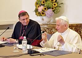 председатель Папского совета содействия христианскому единству кардинал Курт Кох слева, ПАПА справа