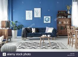 retro style gemütliches wohnzimmer mit den blauen wänden und