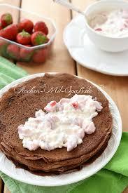 schoko pfannkuchen mit körnigem frischkäse und früchten