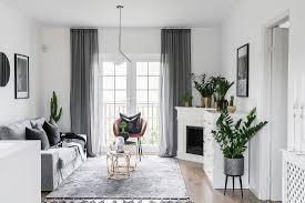 klassisches wohnzimmer in grau und weiß bild kaufen