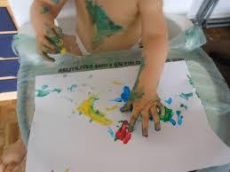 activité manuelle pour bébé décorer un pot à crayons