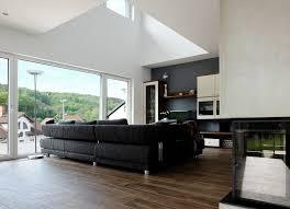 offener wohnbereich mit luftraum und öffnung zur terrasse