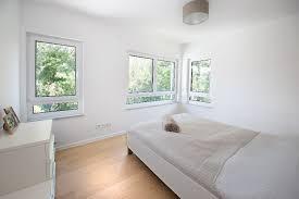 lichtdruchflutetes schlafzimmer mit extravaganten fenstern
