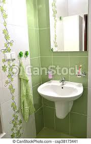 blick in ein neues frisches weißes gefliestes badezimmer