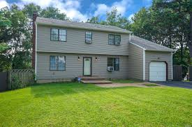 100 Bi Level Houses 4 Bed 2 Full 1 Partial Baths Home In Smithtown For 469990