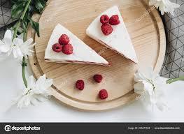 zwei leckere kuchen mit himbeeren süßes dessert