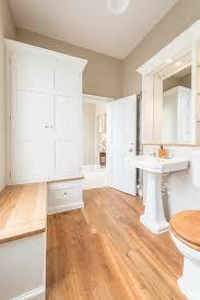 klassisches badezimmer in weiß mit bild kaufen