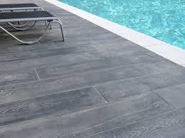 margelle piscine en bois reconstituée ambiance margelle piscine domus dallage