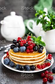 pfannkuchen mit frischen beeren pfannkuchen mit himbeeren heidelbeeren johannisbeeren schwarze johannisbeere und honig stockfoto und mehr bilder