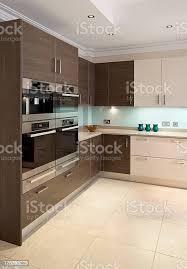 wunderschöne walnut und beige küche stockfoto und mehr bilder arbeitsplatte