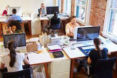 aux bureaux vue grande angulaire de bureau de conception occupé avec des