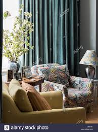 blatt gemustert gepolsterte sessel im wohnzimmer mit stock