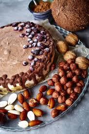 schokoladenveganer kuchen mit verschiedenen nüssen datteln