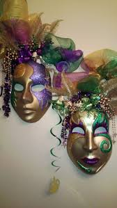 Mardi Gras Wooden Door Decorations by Mardi Gras Table Mardi Gras Decorating And Purple
