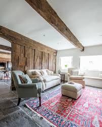 rustikales wohnzimmer mit holzbohlenwand bild kaufen