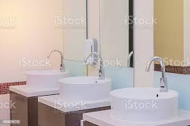 weiß waschbecken im badezimmer interieur mit granit fliesen stockfoto und mehr bilder breit