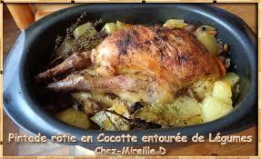 cuisine pintade cocotte pintade rôtie en cocotte entourée de légumes chez mireille d
