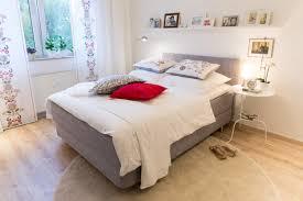 gemütliches schlafzimmer bett regal teppich bett