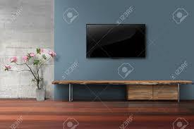 wohnzimmer led tv auf blaue farbe wand mit leeren holzständer