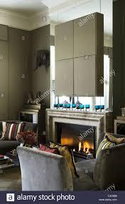 graue wildleder liege im wohnzimmer mit kamin und montierten
