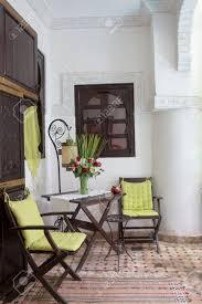 innenansicht eines arabischen riad interieur mit traditionellen möbeln teppichen marrakesch marokko nordafrika