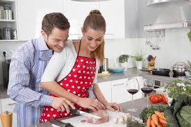 couples amour cuisine les couples dans l amour faisant cuire ensemble dans la cuisine et