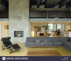 classic le corbusier schwarz leder sessel in der mitte des