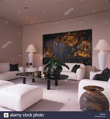 weiße sofas und schwarzen tisch in weiß wohnzimmer mit hohen