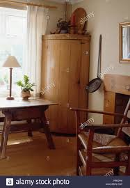 gebogene antique pine eckschrank in neutralstellung