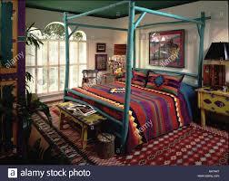 bunte bett schlafzimmer rot grün bettpfosten teppich