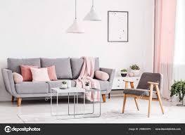 wohnzimmer einrichtung grau rosa caseconrad