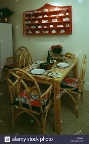 regal über dem tisch und zuckerrohr stühle 70er jahre rot