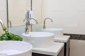 weiß waschbecken im badezimmer interieur mit granit fliesen stockfoto und mehr bilder architektur