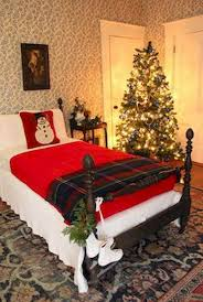 Simple And Cozy Christmas Bedroom Ideas 34