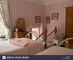 rosa gestreifte tapete im land schlafzimmer mit weißen