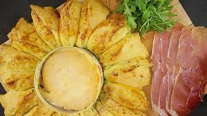 cuisiner le mont d or la tourte aux pommes de terres et mont d or coulant le plat