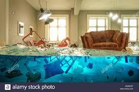 wohnzimmer überschwemmt mit schwimmenden stuhl und niemand