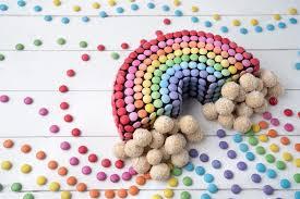 regenbogen smarties kuchen mit süßen wölkchen
