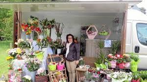 Noemie Davy Devant Son Flower Truck Sillonne Les Marches Du Sud Manche Depuis Debut Mai