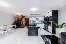 modernes und funktionales wohnzimmer mit offener küche und esszimmer