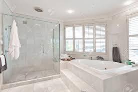 schöne moderne badezimmer mit marmorfliesen im australischen herrenhaus