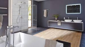 großes badezimmer kontrastreich gestalten hansgrohe de