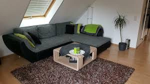 sofa rundecke mit tisch und langflor teppich
