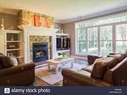 braune ledercouch sitzen liegen und kamin aus naturstein