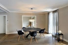 esszimmer mit rundem tisch und kronleuchter minimalistisch