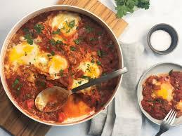 köstliches shakshuka eier in tomatensoße